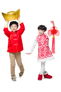 Happy children holding Chinese knot and traditional currency yuanbaoの写真素材 [FYI02218285]