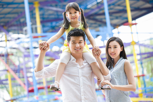 Portrait of happy young familyの写真素材 [FYI02218358]