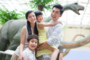 Young family in museum of natural historyの写真素材 [FYI02218381]