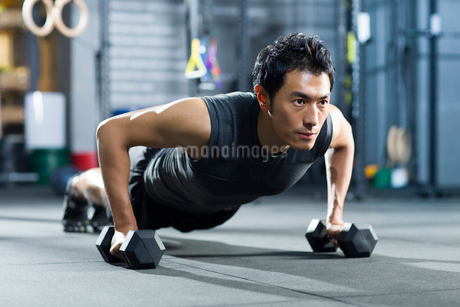 Young man practicing crossfitの写真素材 [FYI02218535]
