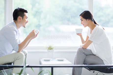 Happy young couple drinking coffee in coffee shopの写真素材 [FYI02218564]