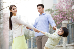 Happy young familyの写真素材 [FYI02218572]