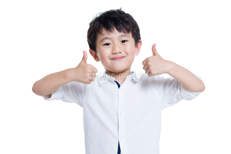 Happy boy doing thumbs upの写真素材 [FYI02218589]
