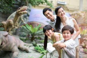 Young family in museum of natural historyの写真素材 [FYI02218739]