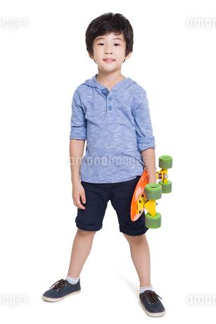 Little boy holding a skateboardの写真素材 [FYI02218794]