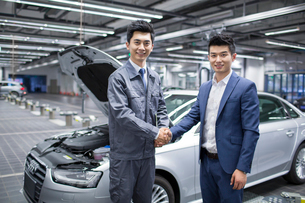 Auto mechanic and car owner shaking handsの写真素材 [FYI02218801]