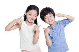 Happy children doing thumbs upの写真素材 [FYI02218814]