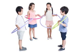 Happy children spinning plastic hoopsの写真素材 [FYI02218834]