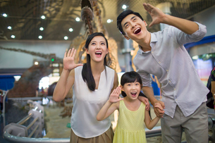 Young family in museum of natural historyの写真素材 [FYI02218896]