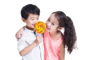 Happy children with lollipopの写真素材 [FYI02219033]