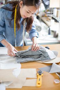 Fashion designer working in studioの写真素材 [FYI02219101]