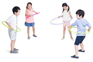 Happy children spinning plastic hoopsの写真素材 [FYI02219102]