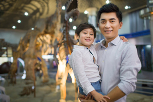 Young father and son in museum of natural historyの写真素材 [FYI02219150]