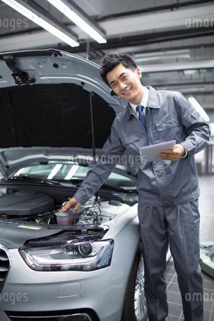 Auto mechanicの写真素材 [FYI02219254]