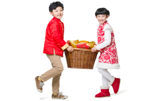 Happy children carrying red envelopes and Chinese traditional currency yuanbaoの写真素材 [FYI02219322]
