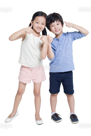 Happy children doing thumbs upの写真素材 [FYI02219358]