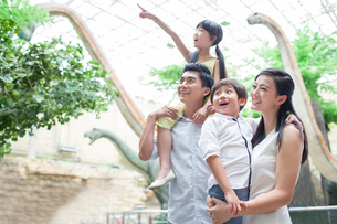 Young family in museum of natural historyの写真素材 [FYI02219377]