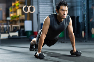 Young man practicing crossfitの写真素材 [FYI02219444]