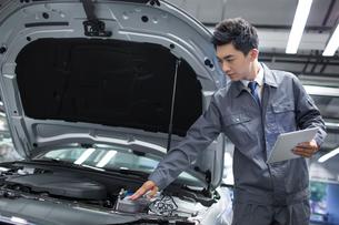Auto mechanicの写真素材 [FYI02219451]