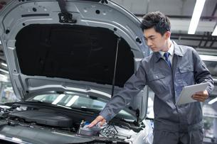 Auto mechanicの写真素材 [FYI02219471]