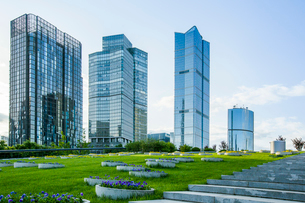 Modern buildings and green area, Chinaの写真素材 [FYI02219576]