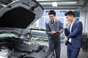 Auto mechanic and car ownerの写真素材 [FYI02219603]