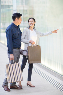 Happy mature couple shoppingの写真素材 [FYI02219609]