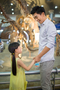 Young father and daughter in museum of natural historyの写真素材 [FYI02219614]