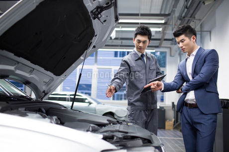 Auto mechanic talking with car ownerの写真素材 [FYI02219664]