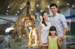 Young family in museum of natural historyの写真素材 [FYI02219714]