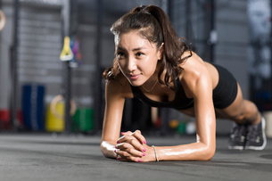 Young woman doing plank exerciseの写真素材 [FYI02219721]