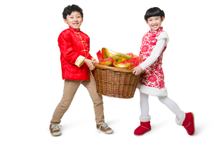 Happy children carrying red envelopes and Chinese traditional currency yuanbaoの写真素材 [FYI02219829]