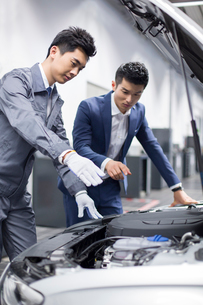 Auto mechanic talking with car ownerの写真素材 [FYI02219917]
