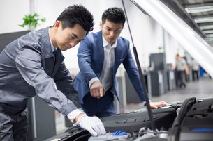 Auto mechanic talking with car ownerの写真素材 [FYI02219932]
