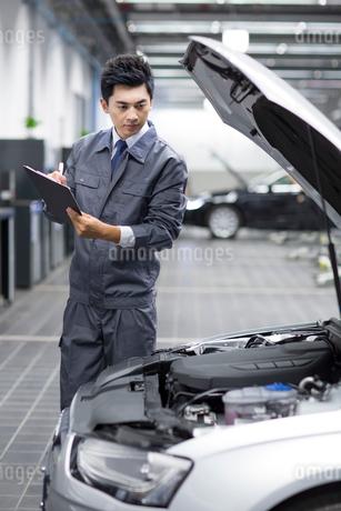 Auto mechanicの写真素材 [FYI02219949]