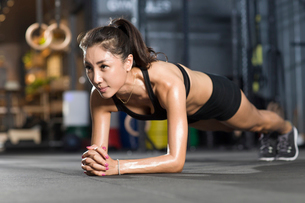 Young woman doing plank exerciseの写真素材 [FYI02220035]