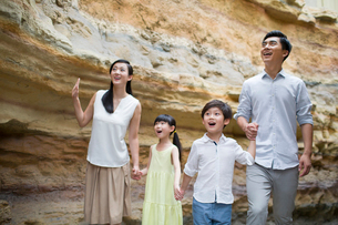 Young family in museum of natural historyの写真素材 [FYI02220042]