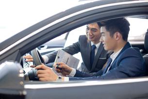 Young businessman taking a test driveの写真素材 [FYI02220123]