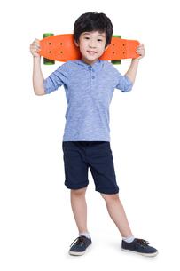 Little boy holding a skateboardの写真素材 [FYI02220146]