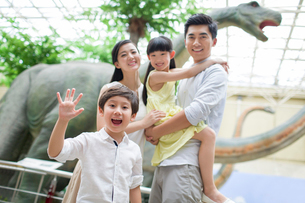 Young family in museum of natural historyの写真素材 [FYI02220263]