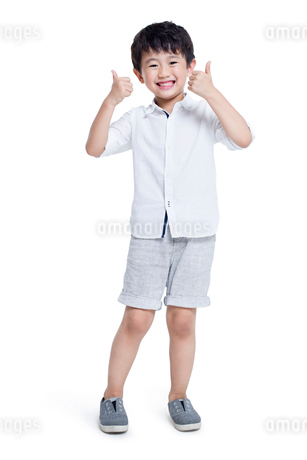 Happy boy doing thumbs upの写真素材 [FYI02220365]