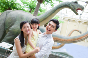 Young family in museum of natural historyの写真素材 [FYI02220473]