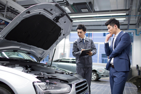 Auto mechanic and car ownerの写真素材 [FYI02220517]