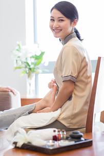 Foot massageの写真素材 [FYI02220617]