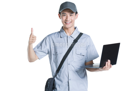 Engineer repairing laptopの写真素材 [FYI02220720]