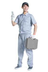 Repairman holding a smart phoneの写真素材 [FYI02220728]