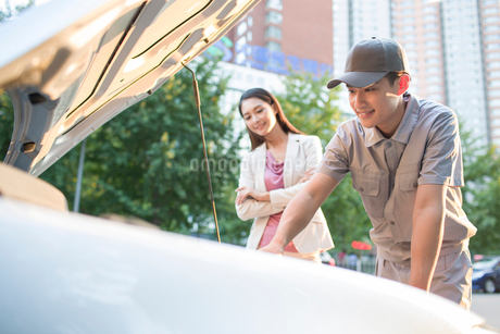 Auto mechanic and car ownerの写真素材 [FYI02220787]