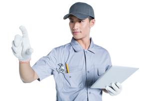 Repairman holding a digital tabletの写真素材 [FYI02220789]