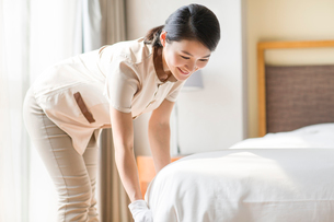 Domestic staff cleaning bedroomの写真素材 [FYI02220837]