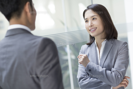 Business person talking in officeの写真素材 [FYI02220864]